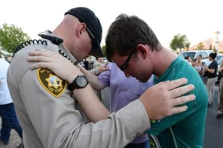 pc-140610-vegas-police-prayers-01_b51fafce84739d570fcd5f61df56105c.nbcnews-fp-1200-800